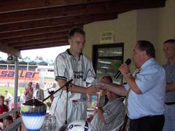 Der Vorstand der DJK Unterbalbach Stefan Kolb gratuliert dem Spielführer vom SV Königshofen zum 2. Platz.