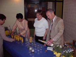 Jeder Gast wurde mit einem Glas Sekt begrüßt, gestiftet von der Tanzabteilung