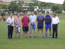 Die geehrten zusammen mit dem Vorsitzenden Stefan Kolb, dem aktuellen Mannschaftskapitän Christian Faul und Fußballabteilungsleiter Hugo Faul
