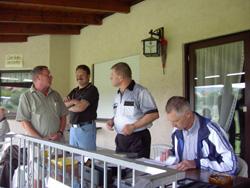 Die Turnierleitung Hans Kastner bei der Arbeit