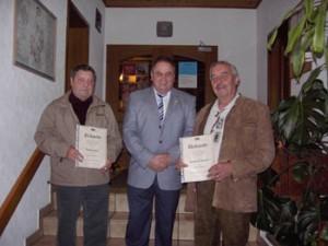 Im Rahmen der Generalversammlung der DJK Unterbalbch wurden Gustav Geier (links) und Heiner Münch (rechts) von der Versammlung zu Ehrenmitglieder der DJK Unterbalbch ernannt. Das Bild zeigt die neuen Ehrenmitglieder mit dem Vorstand der DJK Unterbalbch Stefan Kolb
